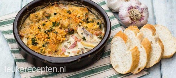 Champignons met knoflook in roomsaus met een krokant korstje geserveerd met stokbrood