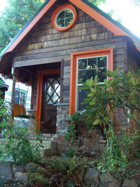 Small Round Windows: Cottage/Small House