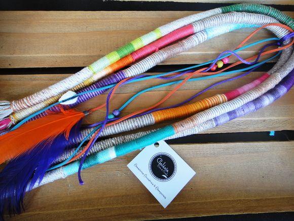 dread feito com linhas multicoloridas , penas roxa e laranja e fios de camurça coloridos com búzios e missangas! Lindo para o verão! R$ 55,00