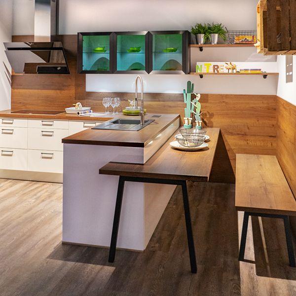 Halb freistehende L-Küche mit angebautem Tisch. D…
