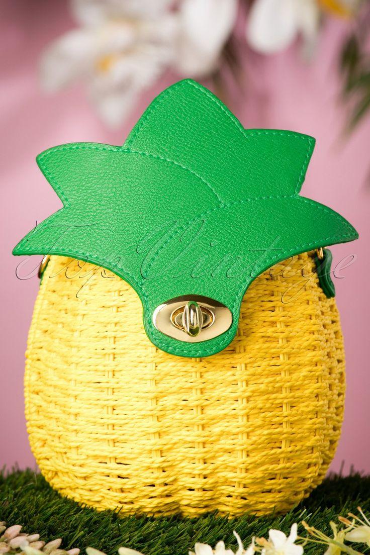 """De50s Juicy Pineapple Wicker Handbagis echt om op te eten!Dit speelse retro ananas tasje is gemaakt van geel geweven stro met groene """"faux"""" lederen details. Do you need more fruit in your life? Dan is dit schatje een goed begin voor een gezonder leven... uhmmmm! ;-)   Goudkleurige draaisluiting Eén groot binnenvak Volledig gevoerd met een fun ananas printje Afneembaar hengsel en polsbandje Groot genoegvoor je telefoon, sleutels, lippenstift en een klein b..."""
