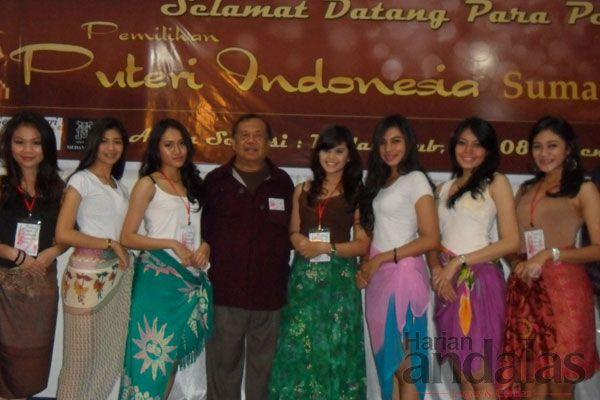 DIABADIKAN-Para peserta Putri Indonesia Sumatera Utara 2013 diabadikan bersama dewan juri, Ben Sukma (tengah) di Medan Club, Kamis.