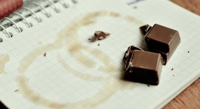 Chocoladevlekken Verwijderen Uit Stoffen Meubels En Tapijt