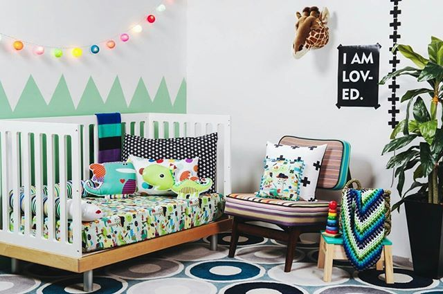 Bom dia! Quando os filhos já não são mais bebês, mas também não atingiram a idade para serem considerados crianças crescidas, a decoração do quarto infantil pode logo cair na mesmice. Para fugir do azul para meninos e rosa para meninas, investir em diversas cores e estampas é uma ótima opção. Confira o ambiente criado pela Mooui (@amomooui) clicando no link da nossa bio! #decoração #quarto #quartoinfantil #quartodecriança #lúdico #criatividade #estampas #texturas #designdeinteriores