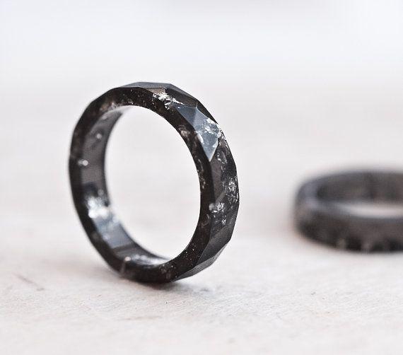 Hars stapelen Ring Zwart Zilver vlokken kleine Faceted Ring OOAK donkere minimale chique minimalistische eco sieraden