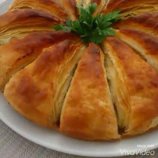 Arnavut Böreği Tarifi için Malzemeler Hamuru için; 5 su bardağı un 2 su bardağı ılık su 1 yemek kaşığı sirke 1 tatlı kaşığı tuz Arasına sürmek için; Sıvı