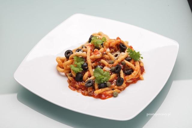 Makaron z oliwkami, świeżą bazylią oraz sosem włoskim Puttanesca.