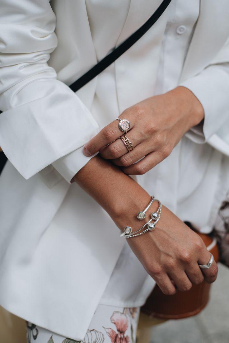 Nina Schwichtenberg trägt Pandora Schmuck in Form von Armreifen, spitzen Ringen und einem Logo-Ring. Mehr auf www.fashiioncarpet.com