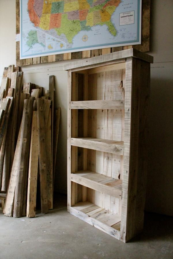 Recycled pallet bookcase diy pallet furniture diy for Reclaimed wood bookcase diy