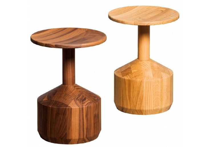Pezzo è uno sgabello realizzato in legno massello di rovere o noce canaletto
