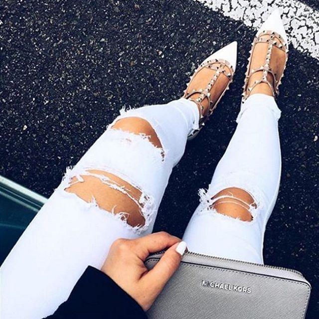 Белые немного рваные джинсы James Jeans отлично сочетаются со всем, будь то кроссовки adidas, босоножки Valentino или Uggs. Мы вам гарантируем, что они идеально впишутся в ваш гардероб и займут там достойное место!   #summer #fashion #outfitidea: #stylish #white #James #Jeans help to create #chic #outfit #мода #стиль #тренды #джинсы #модно #стильно #киев #новаяколлекция