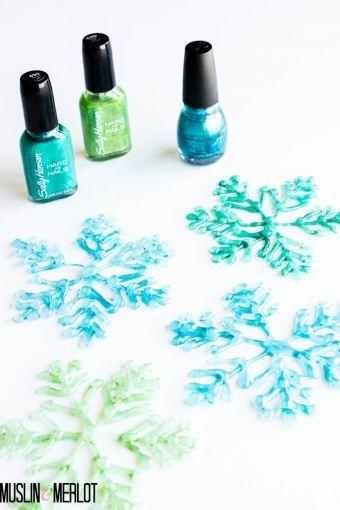Diseña tus propios copos de nieve con silicón y esmalte de uñas.