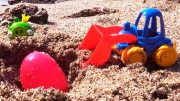 """Видео про погрузчик (или экскаватор, или грейдер) и хрюшку на пляже. Игра для детей """"горячо-холодно"""" http://video-kid.com/10853-video-pro-pogruzchik-ili-ekskavator-ili-greider-i-hryushku-na-pljazhe-igra-dlja-detei-gorjacho.html  Видео и мультфильмы про машинки могут вдохновлять малыша на разные игры дома и на улице. Сегодня мы будем играть на пляже! А наша игра будет называться """"горячо-холодно"""". Маленькая зелёная хрюшка взяла с собой на пляж киндер сюрприз, точнее пластиковое яйцо с…"""