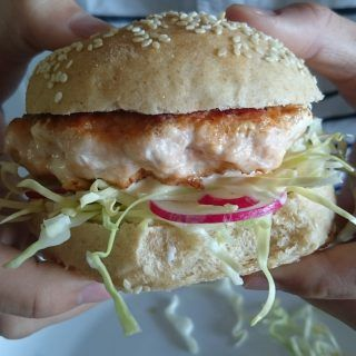 Limefiskeburger med syrlig kefirdressing