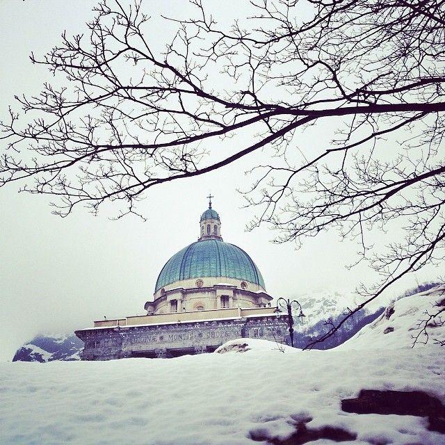 White out #bigfoottraveller #大脚印 #travel #wanderlust #italy #piedmont #oropa #monastery #religion #faith #snow #spring #architecture #white #freezing #landscape #dolcevita