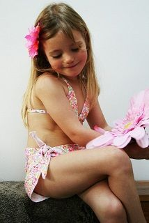 Laag bikini broekje met diverse neon kleuren en goud. Smal bovenstukje met smalle verstelbare schouderbandjes en achtersluiting. Pareo in dezelfde kleuren ,die je over het bikinibroekje kan dragen. Dicht te knopen door aan geknipte banden  Wassen op 30 graden, niet in droger.