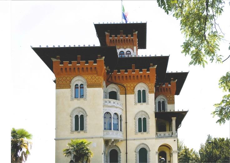 """LA VILLA  """"la casa e' quasi un palazzetto, due piani falso inglese in mattoni rossi e torrette a ogni angolo""""  Villa Moretti - Tarcento"""