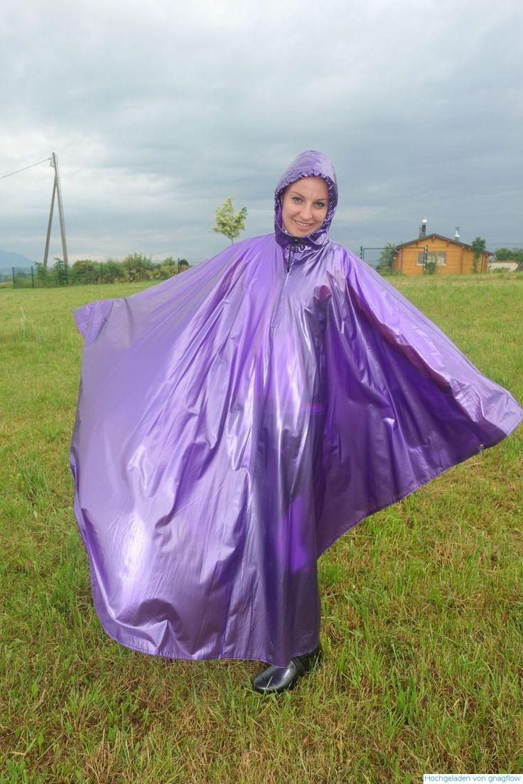 Lebensfreude im violettem PVC Poncho