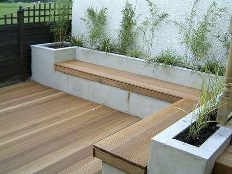 verhoogde plantenbak van beton met ingebouwde bank