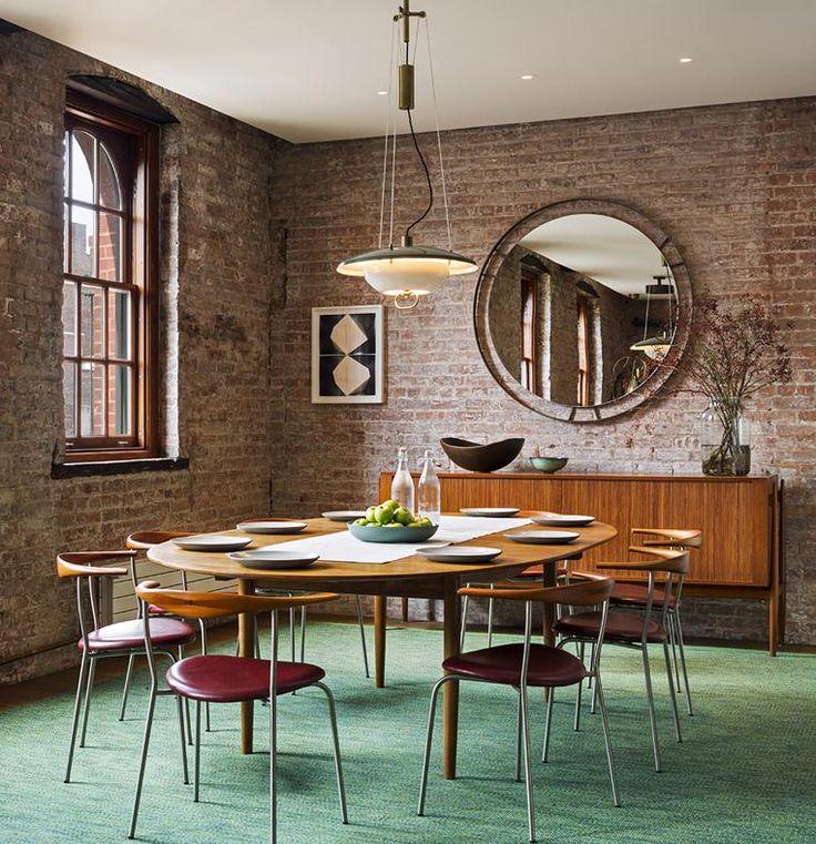 SCANDINAVIA VINTAGE La zona pranzo arredata con mobili modernisti. Tavolo da pranzo di Finn Juhl per Niels Vodder con le sedie PP701 di Hans J. Wegner per PP Møbler (1965). Anche il lampadario è un pezzo d'epoca: 'Counterbalance' di Arteluce. Credenza NV54