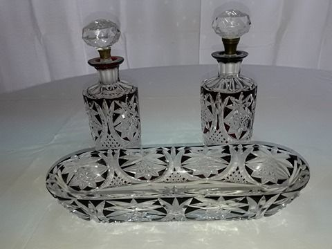 Antiguo juego de tocador de cristal rojo rubí, o bourdeax. profusamente tallado. #tocador #cristal #perfumero #peinero #despojador  #tallado #bohemia #rojorubí #bordeaux #antique