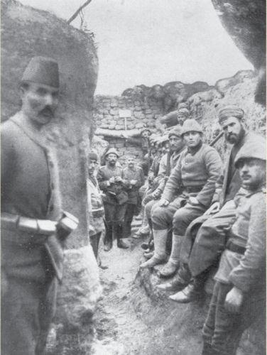 Çanakkale siperlerinde 125. Alay'ın müftüsünü dinleyen Mehmetçikler
