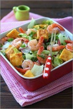 Салат с креветками и сырным омлетом