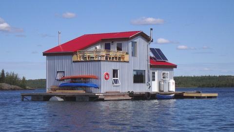 ¿Buscas aventuras extremas? ¡Ojo a este intercambio de casa! Casa flotante particular situada en el Círculo Polar Ártico, en #Canada: Yellowknife, una ciudad con mina de diamantes y oro, capital de Northwest Territories  #artico #polar
