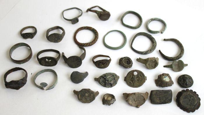 Andere periode ringen en stukken van ringen (29)  Materiaal: brons steen leiden.Grootte: 11-26 mm.Herkomst: Europa.Alle gewicht: 82 g.Datum: 6-19e eeuw ADZie afbeeldingen voor een juiste indruk.Zal worden verzonden per aangetekende post met het tracking-nummerAlle noodzakelijke documenten zijn afkomstig van CatawikiHerkomst: Gekocht van een particuliere collectie juridischDe producten aangeboden onvoorwaardelijk gegarandeerd authentiek.Portokosten zullen snel en professioneel behandeld…