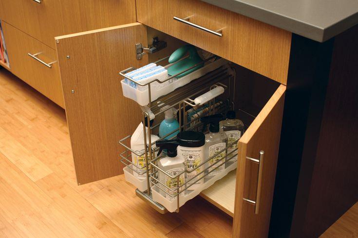 Пространство под мойкой подходящее место для размещения моющих средств. Удобно для использования, когда она находятся в одной вытяжной металлической корзине