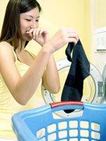 La décoction de laurier C'est la méthode la plus naturelle pour récupérer un vêtement déteint  Dans une marmite remplie d'eau jetez une douzaine de feuilles de Laurier. Portez à ébullition.  Eteignez la plaque de cuisson.  Laissez infuser un petit quart d'heure puis plongez le vêtement coloré dans l'infusion refroidie.  Remuez à l'aide d'une spatule en bois.  Sortez le vêtement quand l'infusion sera froide, lavez normalement.