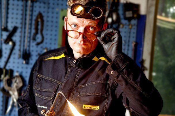 Frank Hvam som mekaniker - ifm. et event lånte skuespilleren værksted og udstyr af Mekonomen Autoteknik - ES Motor.