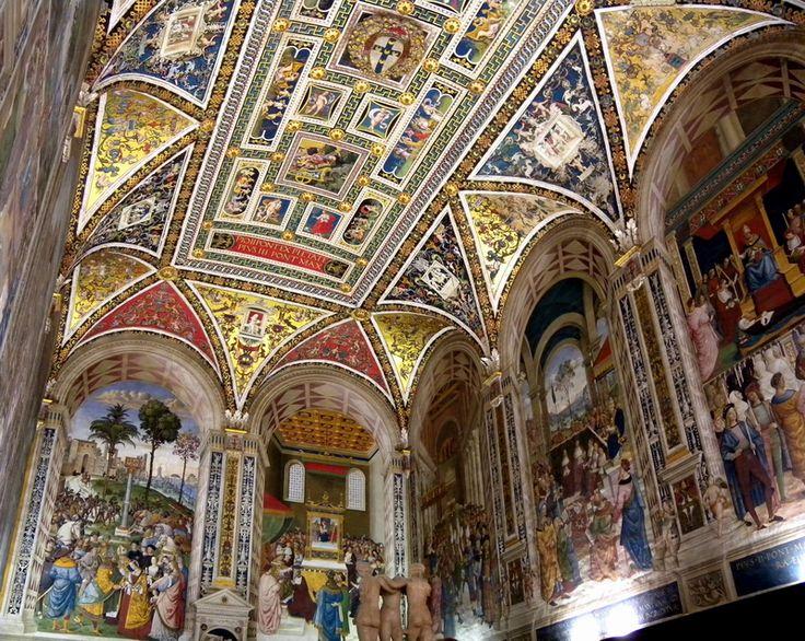 Кардинал Франческо Тодескини Пикколомини (1439-1503), который  за месяц до своей смерти стал Папой Римским Пием III,  в 1492 году пристроил к Сиенскому собору небольшой зал библиотеки, а в 1502 году заключил с живописцем Пинтуриккио контракт на ее роспись. Библиотеку кардинал основал для книжного собрания своего знаменитого дяди, Энеа Сильвио Пикколомини (1405-1464), Папы Римского Пия II.