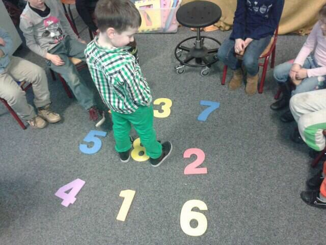 Springend de getalsymbolen oefenen (soort twister)
