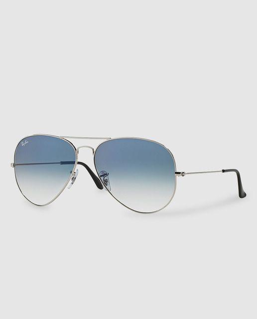 Gafas estilo aviador con montura metalizada en color plateado  y  lentes en color azul degradada.