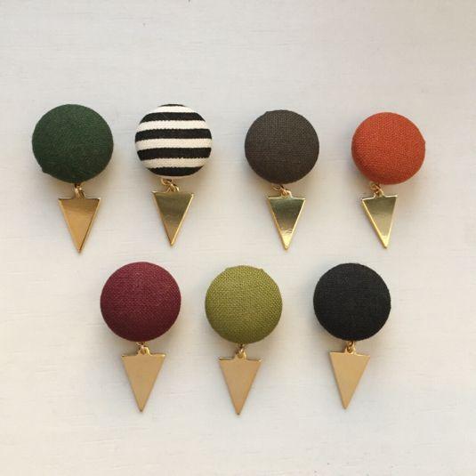 お好きなお色をふたつぶ選べるイヤリングです。秋冬カラー登場です。シンプルなカラーにゴールドの三角さんをゆらゆらさせてみました。お耳のアクセントにいかがでしょうか^_^ご希望のお色を備考欄にご記入お願い致します。A モスグリーンB ボーダーC ダークグレー...