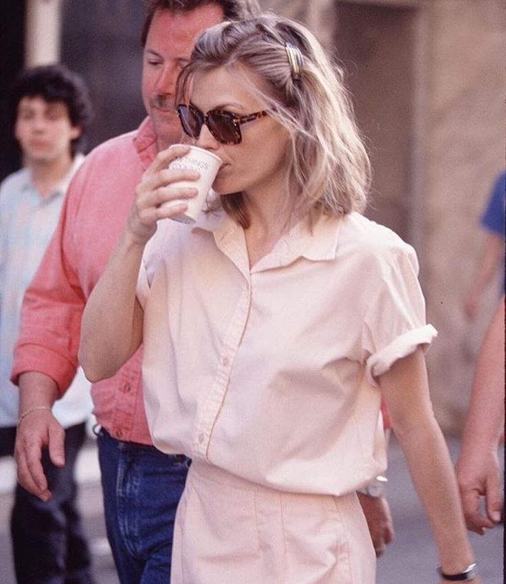 hair clip and monochromes: ideal look vis a vis michelle pfeiffer in frankie and johnny, 1991