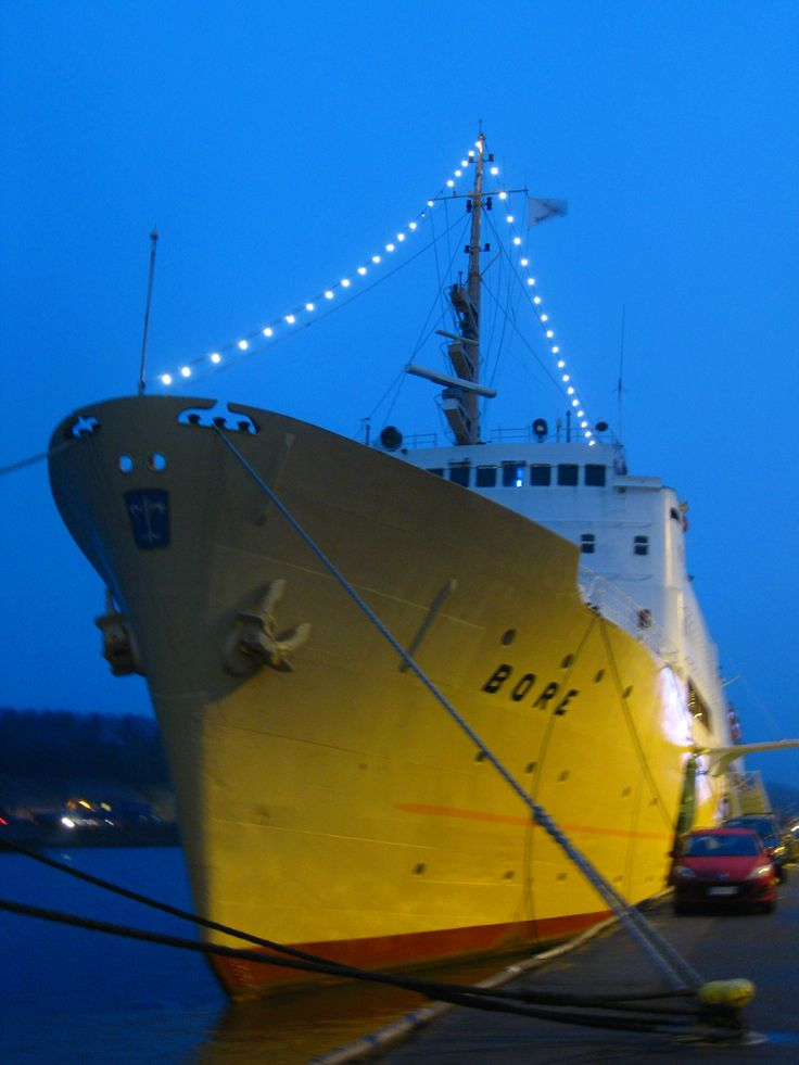 Laivahostel Borea / Bore ship in the morning light