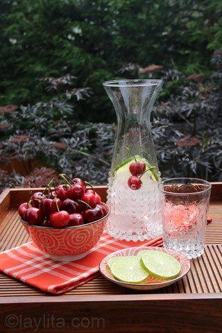 Bebida refrescante com cerejas