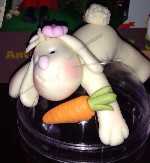 Conejo de pascuas de resurrección. En técnica cerámica en frío