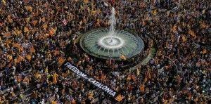 La Catalogne, l'oubliée de l'Europe - 1dex. Le 11 septembre 2013, dès 17 heures 14, s'est déroulée une extraordinaire et magnifique #manifestation à travers toute la #Catalogne. Des centaines de milliers de personnes, au son des cloches, se sont données la main. Du nord au sud. Tout un peuple s'est donné la main dans la joie pour oser cette demande de paix : laissez-nous voter, laissez-nous décider de notre avenir, laissez-nous construire notre propre démocratie, laissez-nous choisir.