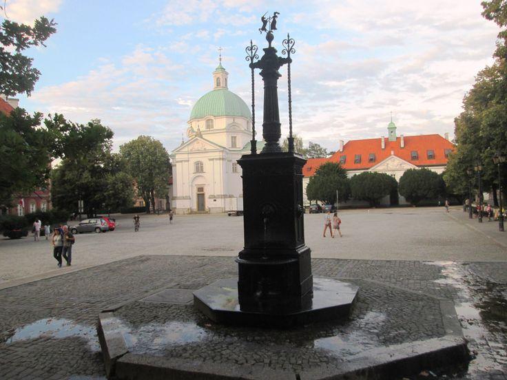 Quando chegamos a Varsóvia havia um cheiro a festa no ar. Estava, de certeza, alguma comemoração a decorrer. Por todo o lado pessoas com bandeiras e as cores da Polónia. A animação estava em todas …