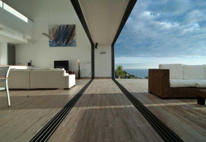 Una casa da sogno con vista panoramica e interior design raffinato.