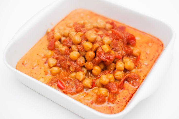 Indisk favoritt med kikerter i en kremet og krydret tomatsaus. Chana masala er en nydelig indisk kikertrett som er svært populær på vegetariske spisebord. Jeg har tidligere hatt en klassisk oppskr...