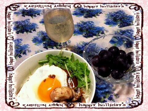 今日は、お仕事疲れちゃってロコモコ丼だけ。おかず作るのやめましたぁ。(>_<) - 8件のもぐもぐ - 手抜きロコモコ丼(マッシュルームソテー添え)&白ワイン(^-^)v by kazu213
