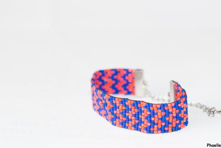 bracelet manchette en perles tissées - motif petits chevrons corail et bleu roi