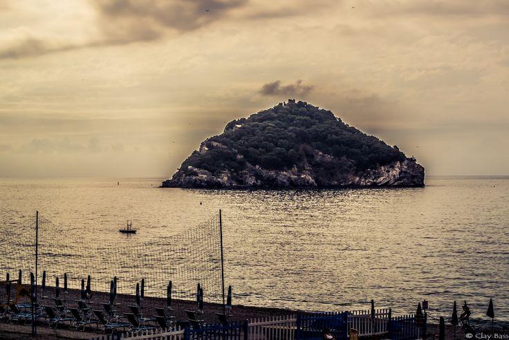 ancora una sguardo all'isola di Bergeggi, prima di lasciare il mare....