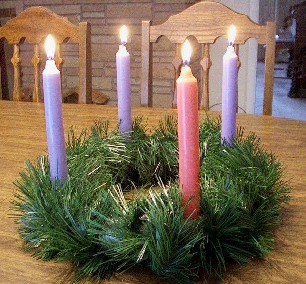 Seguimos preparandonos para la navidad y esta vez les estaremos enseñando como hacer una corona de adviento, para quienes disfruten a pleno la llegada del niño Jesus. Reconozco que ninguna de nosotras celebramos el adviento, pero si la navidad, aunque si tenemos muchas amigas en comun que nos han pe