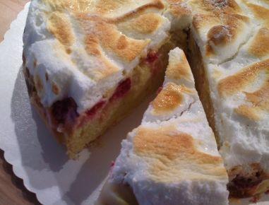 Für den Rhabarber-Himbeer-Kuchen den Rhabarber schälen, in dünne Scheiben schneiden, mit dem Zucker vermischen und ziehen lassen. Für den Boden die