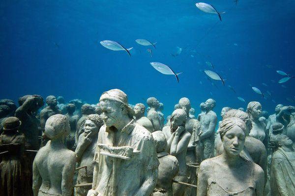 バハマ諸島のナッソーに高さ約5.5m、重さ約60トンの少女の石像が沈められた。 これは海洋彫刻家で写真家のJason DeCaires Taylor氏の手によるもので、両腕と頭を使って天と地を支えるギリシア神話の神・アトラスになぞらえて「Ocean Atlas」と名付けられている。 少女が美しく大きな海を、そ
